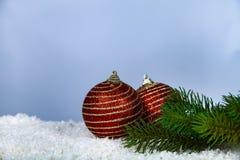 Δύο κόκκινοι σφαίρες Χριστουγέννων και κλάδοι έλατου στοκ φωτογραφίες με δικαίωμα ελεύθερης χρήσης