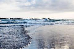 Δύο κύματα που συναντούν το ένα το άλλο από τις αντίθετες πλευρές Στοκ φωτογραφίες με δικαίωμα ελεύθερης χρήσης