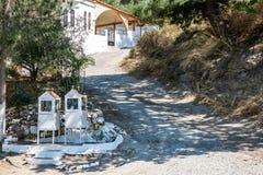 Δύο λάρνακες σε έναν δρόμο στην Κρήτη στοκ εικόνες