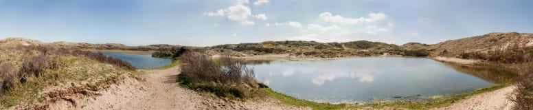 Δύο λίμνες αμμόλοφων στην επιφύλαξη αμμόλοφων της βόρειας Ολλανδίας - πανόραμα Στοκ φωτογραφία με δικαίωμα ελεύθερης χρήσης