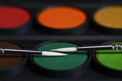 Δύο λεπτές βούρτσες βρίσκονται στα ζωηρόχρωμα χρώματα για τις κινηματογραφήσεις σε πρώτο πλάνο σχεδίων Στοκ Εικόνες