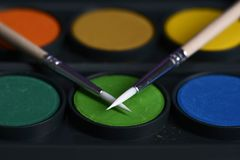 Δύο λεπτές βούρτσες βρίσκονται στα ζωηρόχρωμα χρώματα για τις κινηματογραφήσεις σε πρώτο πλάνο σχεδίων Στοκ φωτογραφίες με δικαίωμα ελεύθερης χρήσης