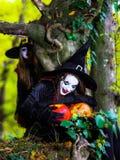 Δύο μάγισσες στο δάσος, έννοια αποκριών Στοκ Φωτογραφία