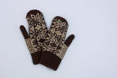 Δύο μάλλινα γάντια στο άσπρες χιόνι και την οδό Στοκ Φωτογραφία