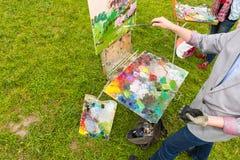 Δύο μέσης ηλικίας μοντέρνοι επαγγελματικοί ζωγράφοι σε ένα πάρκο Στοκ φωτογραφίες με δικαίωμα ελεύθερης χρήσης