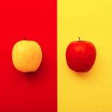 Δύο μήλα στα φωτεινά υπόβαθρα ελάχιστο ύφος γεωμετρίας Στοκ Φωτογραφία