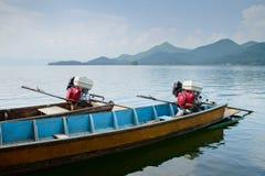 Δύο μακριές βάρκες ουρών Στοκ Εικόνες