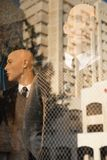 Δύο μανεκέν των ατόμων, κούκλες έντυσαν στα κομψά κοστούμια πίσω από το γυαλί, στην επιφάνεια του οποίου η μεγάλη multi-storey οι Στοκ Εικόνα