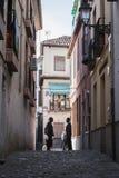 Δύο Μαροκινοί που μιλούν στο τέλος της οδού στο Albaicín, GR Στοκ Εικόνα