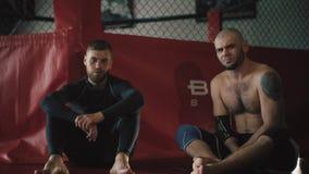 Δύο μαχητές κάθονται κοντά στο οκτάγωνο απόθεμα βίντεο
