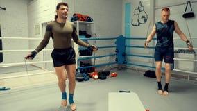 Δύο μαχητές πηδούν στο άλμα των σχοινιών στη γυμναστική φιλμ μικρού μήκους