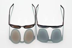 Δύο μαύρα γυαλιά ηλίου στο άσπρο υπόβαθρο Στοκ φωτογραφία με δικαίωμα ελεύθερης χρήσης