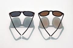 Δύο μαύρα γυαλιά ηλίου στο άσπρο υπόβαθρο Στοκ Φωτογραφίες