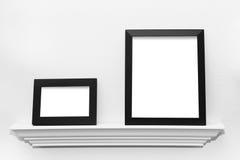 Δύο μαύρα πλαίσια εικόνων σε μια προεξοχή εικόνων έτοιμη για την εικόνα σας Στοκ φωτογραφίες με δικαίωμα ελεύθερης χρήσης