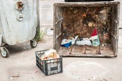 Δύο μεγάλα παλαιά δοχεία απορριμάτων μετάλλων dumpster με τα παλιοπράγματα στην οδό χαλασμένη από τους βανδάλους, έννοια βανδαλισ στοκ εικόνες