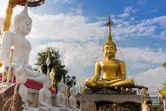 Δύο μεγάλα αγάλματα του Βούδα επικεντρώνονται στα σύννεφα και τον ουρανό Στοκ Εικόνα
