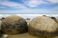 Δύο μεγάλοι λίθοι των λίθων Moeraki, Νέα Ζηλανδία Στοκ Εικόνα