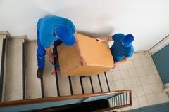 Δύο μετακινούμενοι με το κιβώτιο στη σκάλα Στοκ φωτογραφίες με δικαίωμα ελεύθερης χρήσης