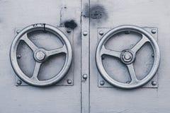 Δύο μεταλλικές γκρίζες λαβές πορτών υπό μορφή κινηματογράφησης σε πρώτο πλάνο τιμονιών Το μεταλλικό γκρίζο εξόγκωμα πορτών με μορ στοκ φωτογραφία με δικαίωμα ελεύθερης χρήσης