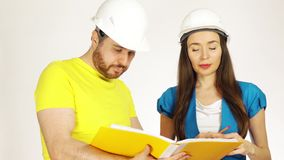 Δύο μηχανικοί ή αρχιτέκτονες συζητούν το πρόγραμμα και κοιτάζουν μέσω των εγγράφων απόθεμα βίντεο