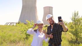 Δύο μηχανικοί που κάνουν πύργους ενός selfie τους δροσίζοντας πλησίον φιλμ μικρού μήκους