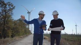 Δύο μηχανικοί που συζητούν ένα σχεδιάγραμμα απόθεμα βίντεο