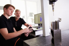 Δύο μηχανικοί που χρησιμοποιούν το σύστημα CAD για να εργαστεί στο συστατικό στοκ φωτογραφίες