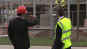 Δύο μηχανικοί στη συζήτηση σε ένα εργοτάξιο οικοδομής απόθεμα βίντεο