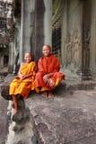 Δύο μη αναγνωρισμένοι βουδιστικοί αρχάριοι σε Angkor Wat σε Siem συγκεντρώνουν. Στοκ εικόνα με δικαίωμα ελεύθερης χρήσης