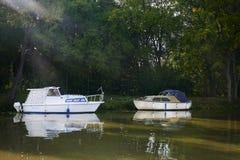 Δύο μικρά άσπρα motorboats στο κανάλι BaÅ¥a στην ηλιόλουστη θερινή ημέρα, Μοραβία, Δημοκρατία της Τσεχίας στοκ εικόνες με δικαίωμα ελεύθερης χρήσης