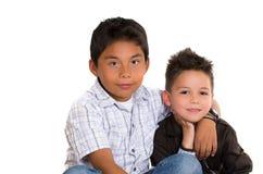 Δύο μικρά ισπανικά αγόρια που κάθονται το ένα δίπλα στο άλλο Στοκ εικόνες με δικαίωμα ελεύθερης χρήσης