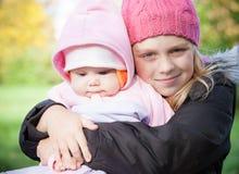 Δύο μικρά κορίτσια αδελφών στο πάρκο Στοκ Φωτογραφίες
