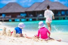 Δύο μικρά κορίτσια και ευτυχές παιχνίδι μητέρων με Στοκ Εικόνα