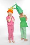 Δύο μικρά κορίτσια με τα κοστούμια βλάστησης στοκ φωτογραφίες