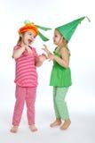 Δύο μικρά κορίτσια με τα κοστούμια βλάστησης στοκ φωτογραφία με δικαίωμα ελεύθερης χρήσης