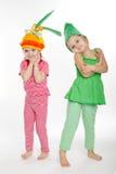 Δύο μικρά κορίτσια με τα κοστούμια βλάστησης στοκ εικόνες