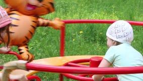 Δύο μικρά κορίτσια με το μεγάλο μπαλόνι στη διασταύρωση κυκλικής κυκλοφορίας στο πράσινο δάσος στη θερινή ημέρα φιλμ μικρού μήκους