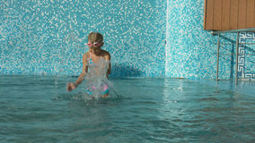 Δύο μικρά κορίτσια που έχουν τη διασκέδαση στην πισίνα Στοκ εικόνα με δικαίωμα ελεύθερης χρήσης