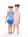 Δύο μικρά κορίτσια σε παρόμοια φανταχτερά φορέματα Στοκ εικόνες με δικαίωμα ελεύθερης χρήσης