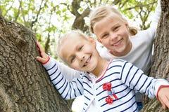 Δύο μικρά κορίτσια σταθμεύουν την άνοιξη Στοκ Φωτογραφία