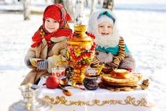 Δύο μικρά κορίτσια στα παλτά γουνών και σάλια στο ρωσικό ύφος σε δικοί του Στοκ Εικόνα