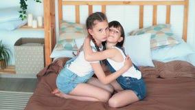 Δύο μικρά κορίτσια συμφιλιώνουν μετά από ένα επιχείρημα, αγκαλιάζουν και τινάζουν τα χέρια, σε αργή κίνηση απόθεμα βίντεο