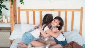 Δύο μικρά κορίτσια συμφιλιώνουν μετά από ένα επιχείρημα, αγκαλιάζουν και τινάζουν τα χέρια, σε αργή κίνηση φιλμ μικρού μήκους