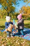 Δύο μικρά κορίτσια το φθινόπωρο Στοκ Φωτογραφίες