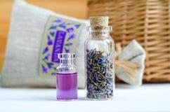 Δύο μικρά μπουκάλια με ξηρό lavender βλαστάνουν και το άρωμα πετρελαίου αρώματος, tincture, απόσπασμα, έγχυση Συστατικά Aromather Στοκ φωτογραφίες με δικαίωμα ελεύθερης χρήσης