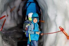 Δύο μικρά παιδιά με τα κράνη ασφάλειας και ιματισμός με τα υπόβαθρα τοπίων βουνών Παιδιά που και που ανακαλύπτουν Στοκ εικόνες με δικαίωμα ελεύθερης χρήσης