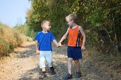 Δύο μικρά παιδιά στο δρόμο Στοκ Εικόνες