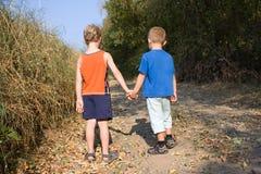 Δύο μικρά παιδιά στο δρόμο Στοκ φωτογραφία με δικαίωμα ελεύθερης χρήσης