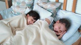 Δύο μικρά χαριτωμένα κορίτσια βρίσκονται στο κρεβάτι, που πηγαίνει στον ύπνο, υπόλοιπο, σε αργή κίνηση απόθεμα βίντεο