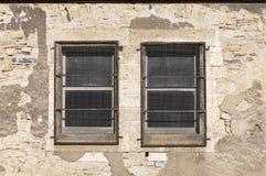 Δύο μικρά Windows με τη μεταλλική προστασία Στοκ φωτογραφία με δικαίωμα ελεύθερης χρήσης